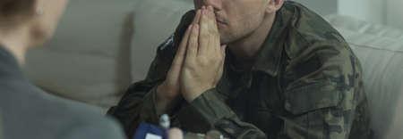 Thérapeute professionnel travaillant avec jeune soldat souffrent du SSPT Banque d'images - 44885253