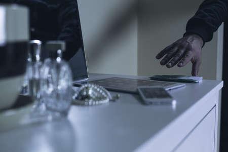 ladron: Ladrón en casa de robar dinero, electrónica y joyería