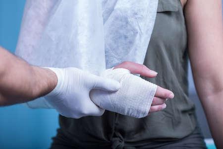 primeros auxilios: Close-up de la mujer con la mano y la honda vendada Foto de archivo