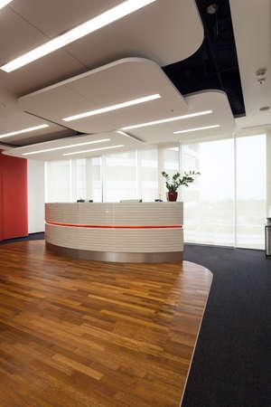 mobiliario de oficina: Vista vertical de la recepción en la oficina moderna Foto de archivo