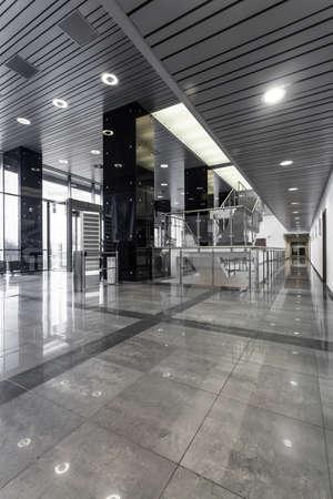 trabajo en oficina: Vista vertical de la moderna oficina de interior de acero