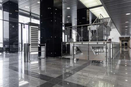 Horizontale weergave van hedendaagse zakelijke gebouw interieur