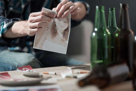 ebrio: Muchacho borracho rompiendo una foto de ex novia