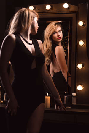 junge nackte m�dchen: Seductive sexy woman looking at the mirror