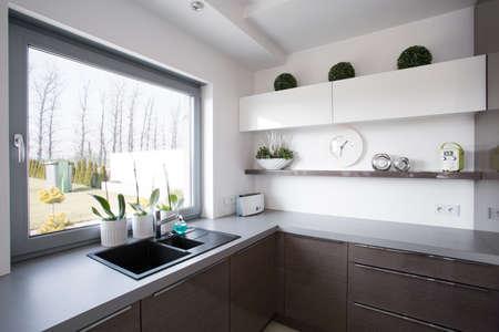 Window blik van de keuken in moderne woning