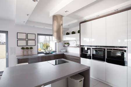 Eigentijdse minimalistische keuken in een rijke modieuze huis Stockfoto
