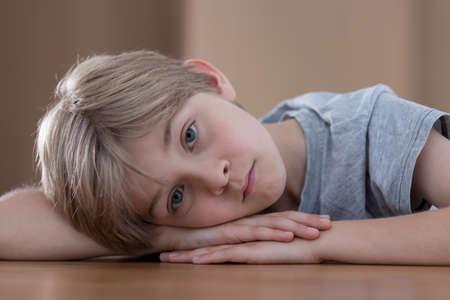 niños tristes: Muchacho joven que está triste por su padres se divorcian