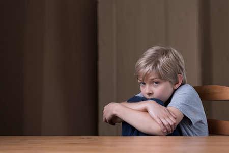 El niño pequeño está asustado de su padre terrible Foto de archivo