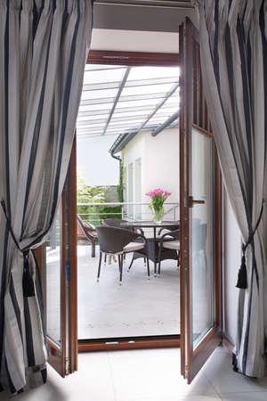モダンな明るいカーテンとバルコニーのドアのクローズ アップ 写真素材
