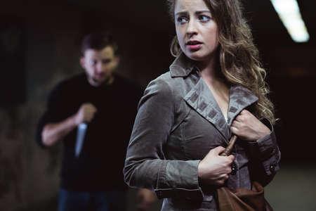이상한 남자가 젊은 여자의 살인을 계획하고있다