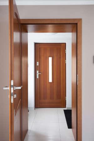 puertas de madera: Cierre de puertas de madera clásicos marrones en apartamento de lujo Foto de archivo