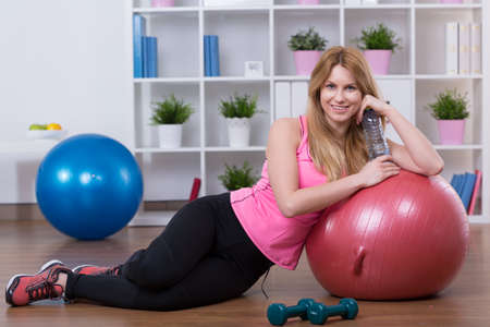 attivit�?  fisica: Young woman is very fulfilled after physical activity