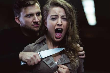 pandilleros: extraño hombre amenaza con matar a la mujer joven