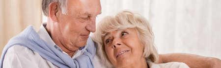 damas antiguas: Vista panorámica del viejo, feliz pareja abrazos