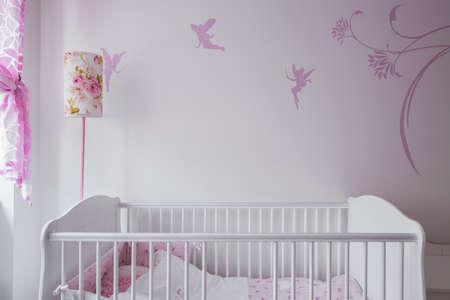 d�coration murale: Image de blanc b�b� avec d�cor de mur en arri�re-plan