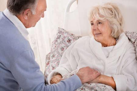 Esposas: El viejo hombre está amamantando a su esposa muy enferma