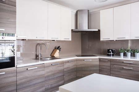 モダンなスタイルの明るい広々 としたキッチンのイメージ 写真素材
