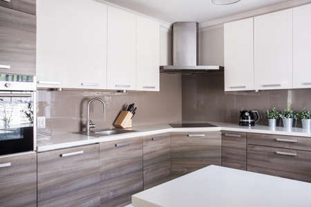 imagen: Imagen de una amplia cocina brillante en estilo moderno Foto de archivo