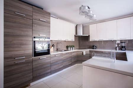 cuisine fond blanc: Image de la grande cuisine de luxe am�nag� dans un design moderne