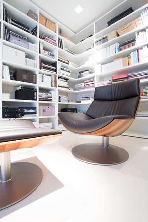mobiliario de oficina: Interior de la biblioteca de la casa con la silla de cuero