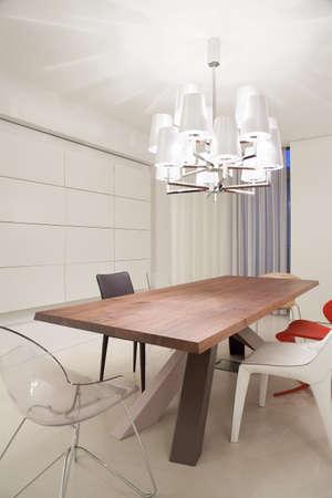 현대적인 인테리어로 디자인 된 식탁 스톡 콘텐츠