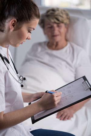 damas antiguas: El doctor est� controlando sus resultados de las pruebas de pacientes