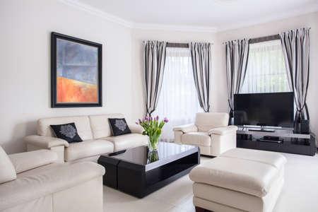 Beeld van het moderne ontworpen woonkamer in luxe villa