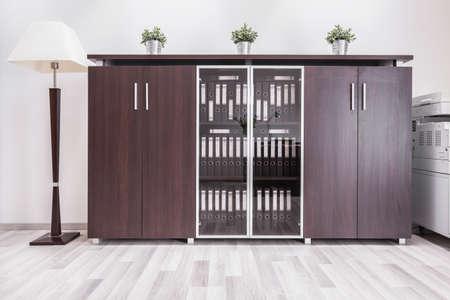 mobiliario de oficina: Interior moderno de la oficina en casa con muebles de madera Foto de archivo