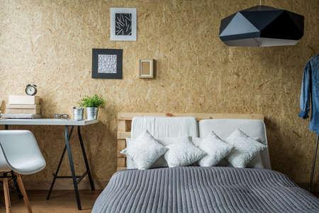 pallet: Marco de la cama de palets en interior minimalista contemporánea