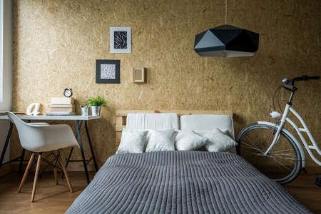 chambre � coucher: lit palette et mur en bois dans la chambre �cologique
