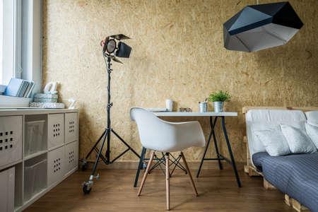 Houten muur en eenvoudig meubilair in de hedendaagse slaapkamer Stockfoto