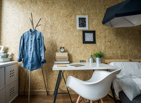 in jeans: Imagen del dise�o de la habitaci�n para estudiante masculino Foto de archivo
