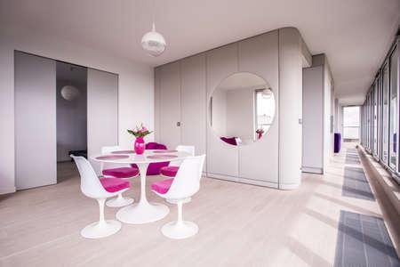 Witte tafel in een moderne beige eetkamer