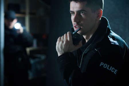 Polizist in Aktion im Gespräch über Walkie-Talkie Standard-Bild - 45388460