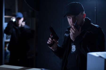 seguridad en el trabajo: Jefe maduro de la polic�a en la intervenci�n