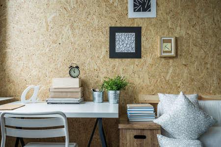 設計された十代の少女の部屋で木製の壁