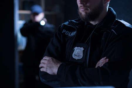 officier de police: Close-up de policiers sur l'intervention Banque d'images