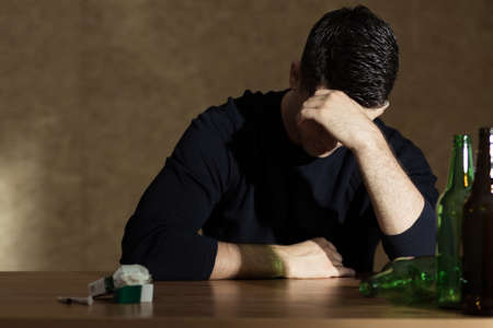 homme triste: Alcool et dépendance à la nicotine chez les jeunes Banque d'images