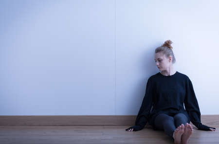 Foto van een trieste tiener die lijden aan eenzaamheid