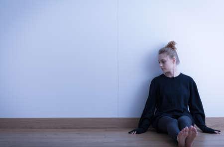 fille triste: Photo d'une adolescente triste souffrent de la solitude Banque d'images