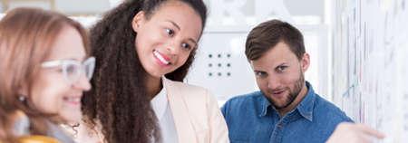 personas trabajando en oficina: Relación positiva en el trabajo entre el jefe y los empleados