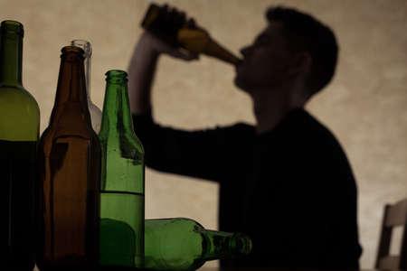 hombre tomando cerveza: El alcoholismo entre los j�venes - beber cerveza adolescente