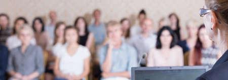profesor: La gente está escuchando a la mujer en la conferencia