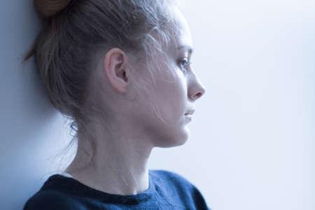 femme triste: Portrait d'une jeune femme avec des probl�mes de sant� mentale Banque d'images