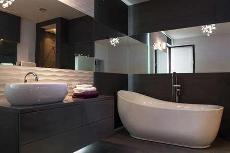 piastrelle bagno: Immagine di elegante appuntamento fisso nel lussuoso bagno interno scuro