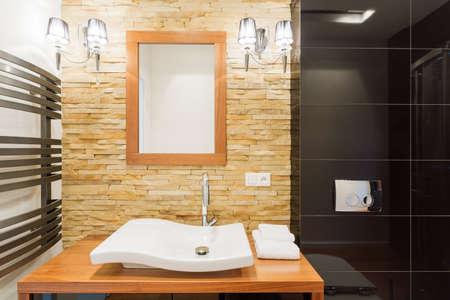 Foto van decoratieve licht stenen muur in nieuwe badkamer