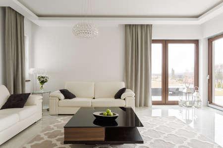 豪華な革のソファと小さな木製のテーブルの写真