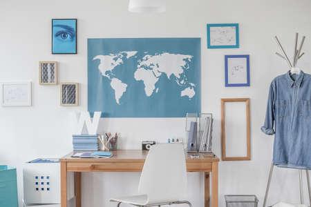 chambre à coucher: Bleu carte sur le mur dans la chambre de garçon Banque d'images