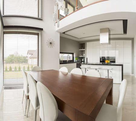 ventana abierta: Foto de la zona de comedor y cocina abierta en el apartamento moderno