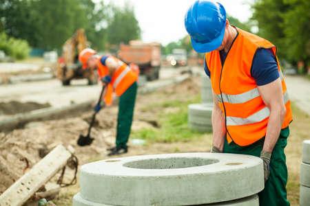 obrero: Close up de trabajador durante el trabajo duro en emplazamiento de la obra